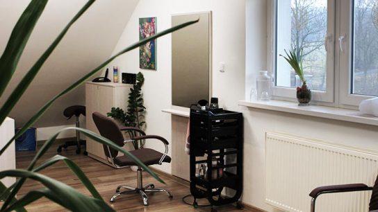 Dámské sezení v interiéru kadeřnictví