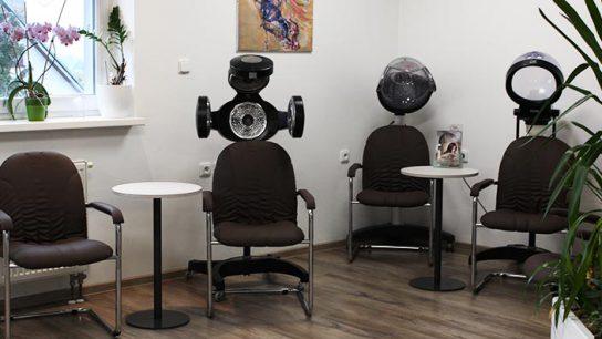 Židle v interiéru kadeřnictví