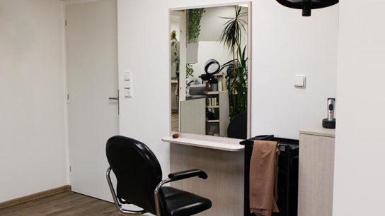Pánské sezení v interiéru kadeřnictví